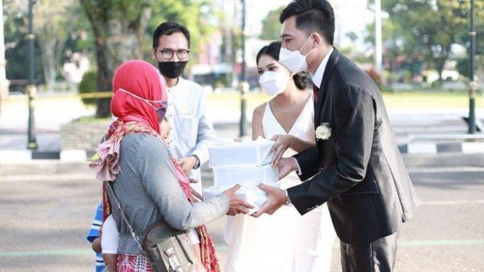 Batalkan Resepsi akibat PPKM Mikro, Pasangan di Salatiga Ini Bagikan Bingkisan Pernikahan ke Warga