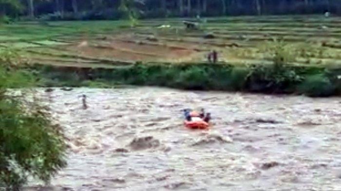 Begini Cerita Aksi Heroik Penyelamatan Si Penjala Ikan, Terjebak Banjir Sungai Serayu Banjarnegara