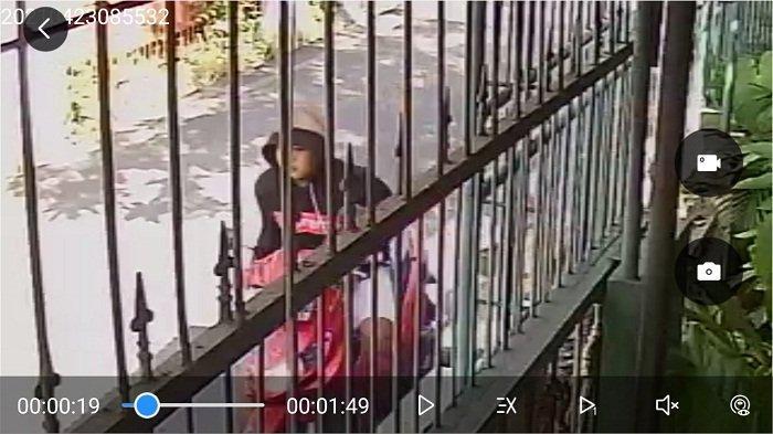 Emak-emak Warga Pandean Lamper Semarang Dijambret saat Menyapu Halaman, Pelaku Terekam CCTV