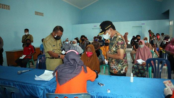 Pakai Kaus Oblong dan Topi, Cara Lain Bupati Banjarnegara Sidak Penyaluran BLT PPKM di Sigeblok