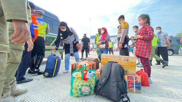 Hari Pertama Larangan Mudik, Petugas Gabungan Amankan 10 Travel Gelap di Exit Tol Adiwerna Tegal