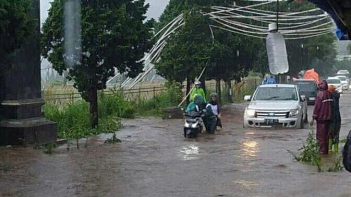 Berikut Bahayanya Menerobos Genangan Banjir dengan Sepeda Motor, Tidak Waspada Bisa Tewas