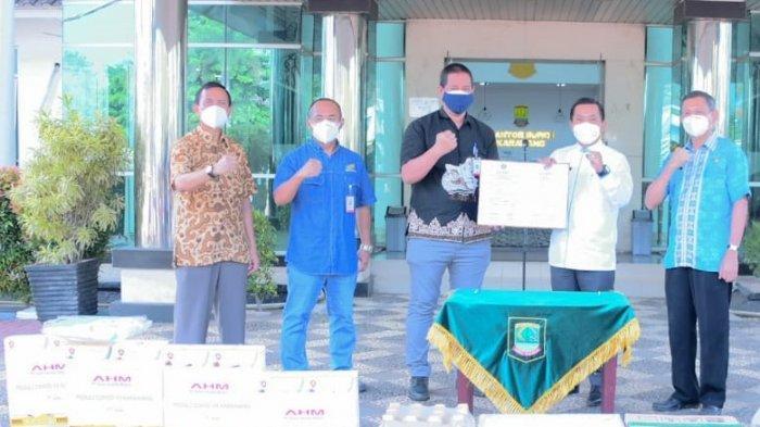 Perwakilan PT Astra Honda Motor menyerahkan bantuan Alat Pelindung Diri (APD) kepada Wakil Bupati Karawang Aep Syaepuloh di Kantor Pemerintah Daerah Karawang, Jawa Barat.
