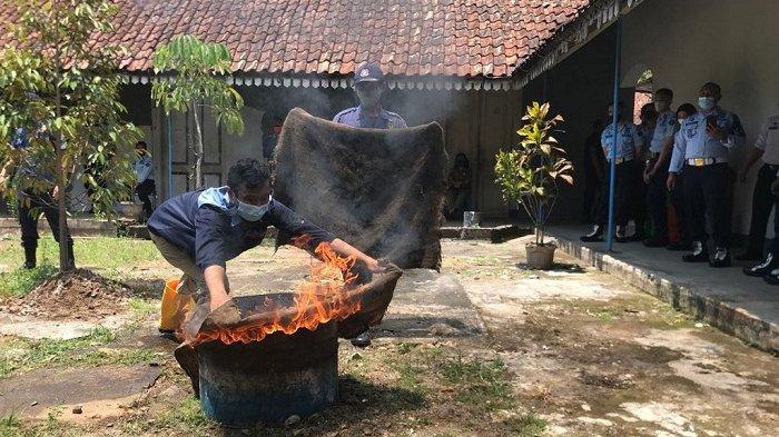 Cegah Korban, Petugas dan Warga Binaan Rutan Salatiga Melakukan Simulasi Penanganan Kebakaran