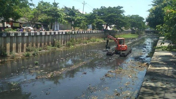 Sambut Datangnya Musim Hujan, DPU Kota Semarang Gencar Keruk Sedimentasi Sungai dan Gorong-gorong