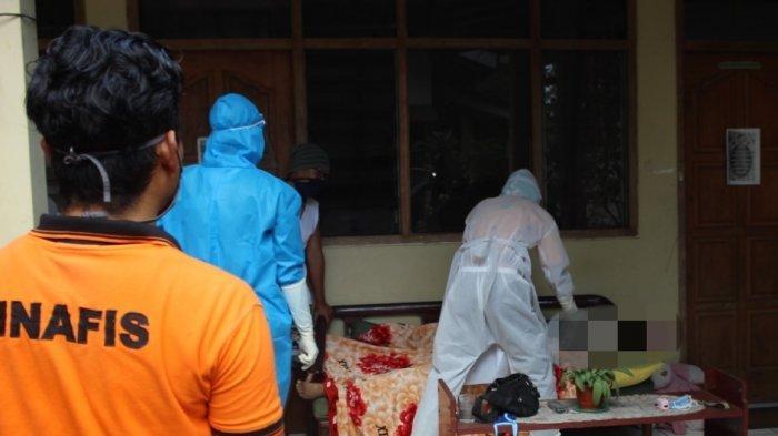 Petugas dengan APD Evakuasi Karyawati yang Meninggal di Mess Banjarnegara