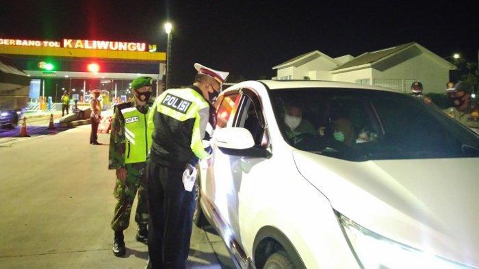 Bawa 516 Botol Ciu, Pengendara Mobil Berplat AB Diamankan Petugas di Exit Tol Kaliwungu Kendal