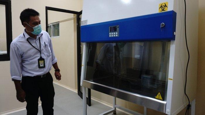 petugas laboratorium rsi muhammadiyah kendal menunjukkan alat pcr baru jumat 1512021