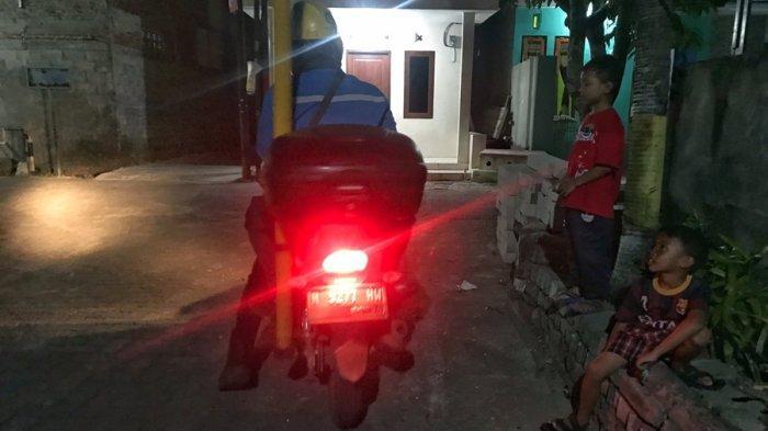 Sejumlah anak-anak mengawasi petugas PLN yang tengah melakukan pengecekan trafo listrik di wilayah Kelurahan Kalipancur, Kecamatan Ngaliyan, Kota Semarang, Senin (7/6/2021) malam.