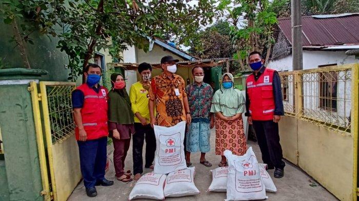 PMI Banyumas Serahkan 198 Paket Bantuan Korban Kebakaran