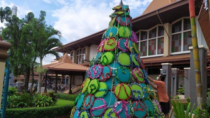 Simbol Kesederhanaan, Gereja Katedral Kristus Raja Purwokerto Bikin Pohon Natal dari Tampah Bekas