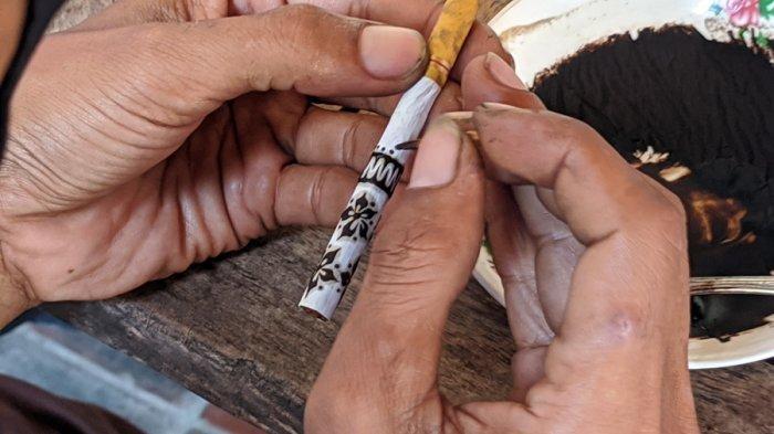 Mengintip Budaya Ngelelet di Lasem Rembang, Melukis Pola Batik di Batang Rokok Gunakan Ampas Kopi