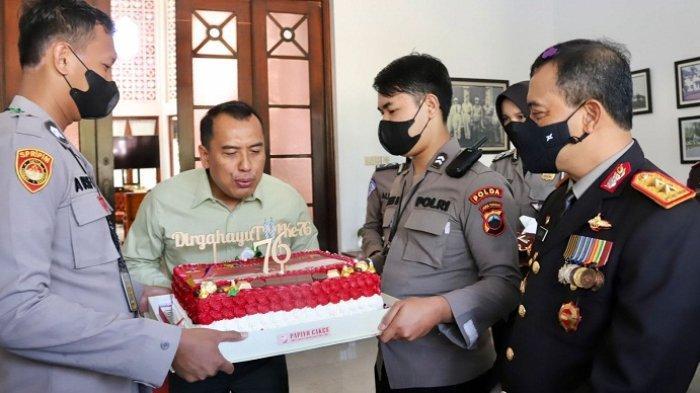 Bawa Kue untuk HUT TNI, Kapolda Jateng Beri Kejutan Pandam IV/Diponegoro di Rumah Dinas
