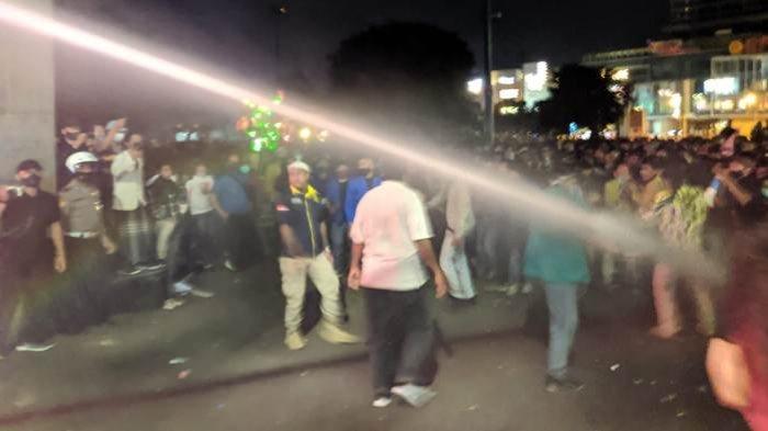 Demonstran Penolak UU Cipta Kerja Bertahan di Alun-alun Purwokerto, Polisi Bubarkan Paksa Pakai Air