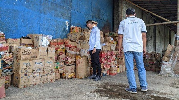 Cek Gudang Makanan di Banyumas, Polisi dan BPOM Temukan Makanan Kemasan Kedaluwarsa