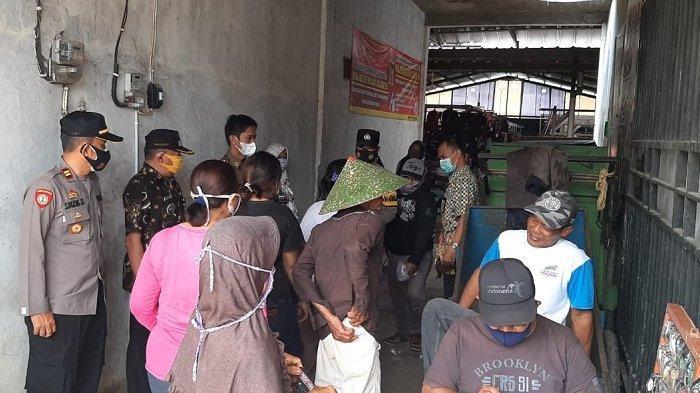Tak Pakai Masker, Kerumunan di Depan Kios Tembaku di Pasar Patimuan Cilacap Dibubarkan Polisi