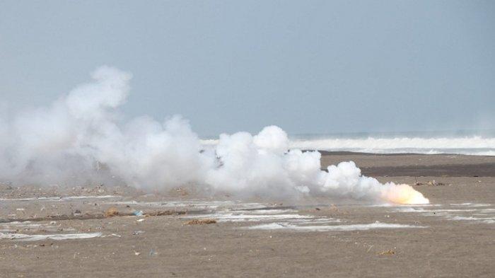 215 Kg Serbuk Petasan Diledakkan. Ditabur di Pantai Setrojenar Kebumen, Kemudian Dibakar