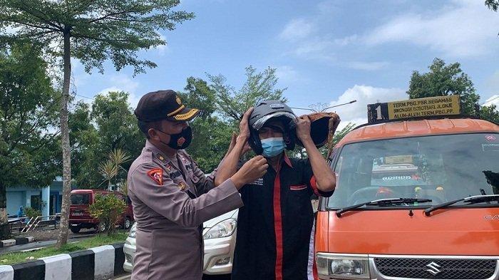 Gelar Operasi Patuh Candi, Polres Purbalingga Bagikan 66 Helm dan Masker ke Pengguna Jalan
