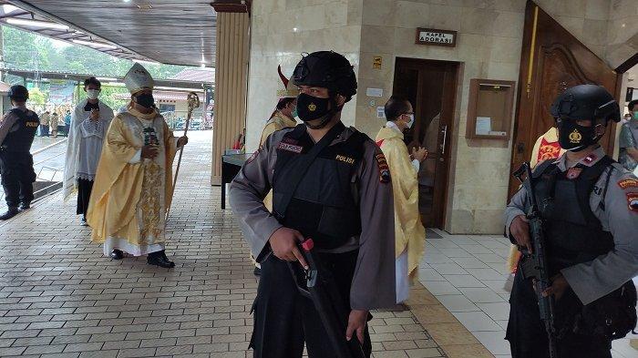 Jelang Paskah, Anggota Polresta Banyumas Bersenjata Lengkap Amankan Gereja yang Ada