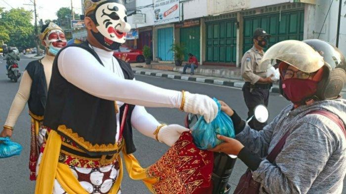 Ditemani Wayang Orang Sriwedari, Kapolsek Gajahmungkur Semarang Bagi Sembako di Taman Sampangan