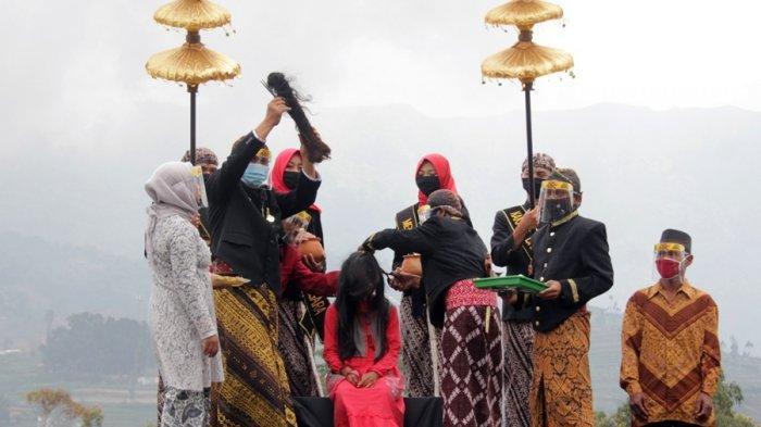 Begini Gambaran Prosesi Potong Rambut Gimbal di Dieng Banjarnegara, Tetap Sakral Meski Sederhana