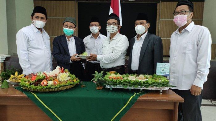 Pemotongan tumpeng sebagai tanda peresmian pergantian nama Institut Agama Islam Negeri (IAIN) Purwokerto menjadi Universitas Islam Negeri (UIN) Prof KH Saifuddin Zuhri (Saizu) Purwokerto yang dipimpin oleh Rektor UIN Saizu Purwokerto, Dr KH Moh Roqib MAg, di auditorium kampus setempat, Selasa (1/6/2021).
