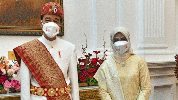 Presiden Joko Widodo dan Ibu Negara Iriana Joko Widodo foto bersama sebelum upacara HUT Ke-76 RI, Selasa (17/8/2021). Jokowi memakai pakaian adat dari Lampung.