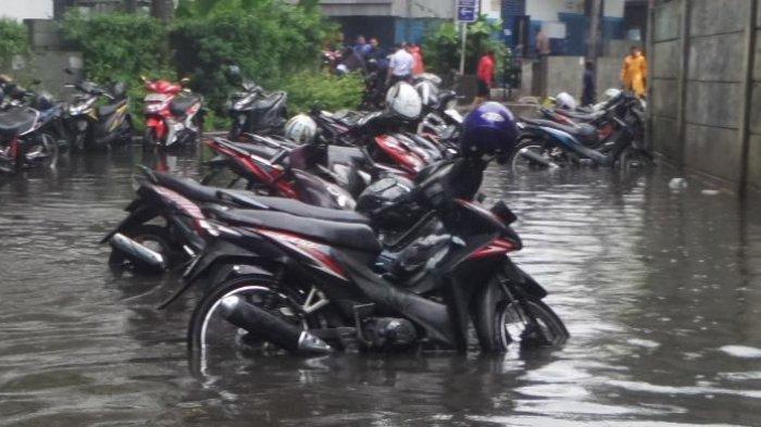 Jangan Paksa Nyalakan Mesin, Begini Penanganan Awal Sepeda Motor yang Terendam Banjir