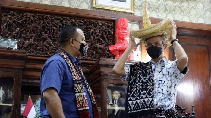 Ungkapan Terima Kasih, Raja Rote Berikan Topi Tilangga Kepada Gubernur Ganjar Pranowo