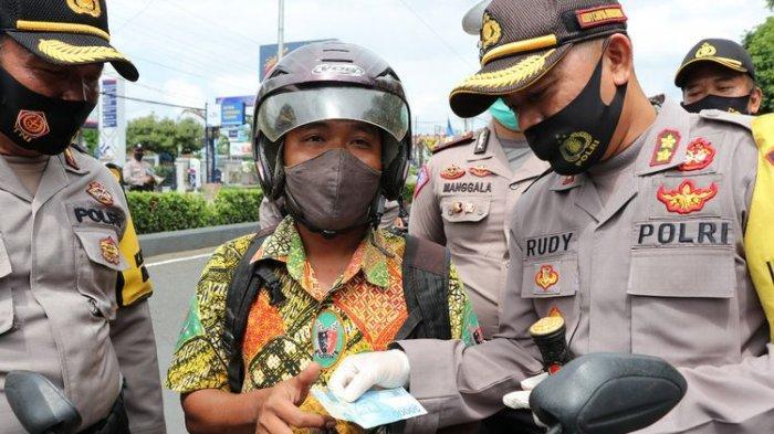 Tak Cuma Razia Masker, Polres Kebumen Juga Cek Isi Dompet Pengendara, Kalau Kosong Diberi Uang
