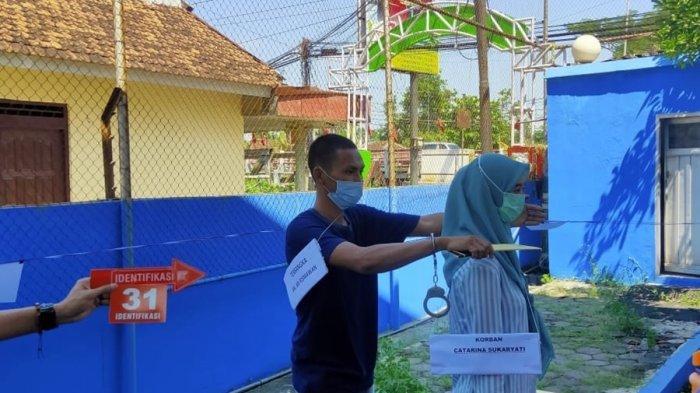 Tersangka AR, pembunuh ibu mertua dan kakak ipar di Pageruyung Kendal menjalani rekonstruksi, Kamis (27/5/2021).