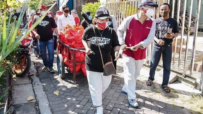 Insentif Cair, Nakes dan Staf RSUD KRMT Wongsonegoro Semarang Bagi-bagi Sembako ke Warga