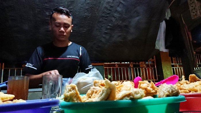 Dikeluhkan Pelanggan, Sambal Buatan Sukirman Tak Pedas Lagi, Angkringan Nasi Kucing di Pemalang