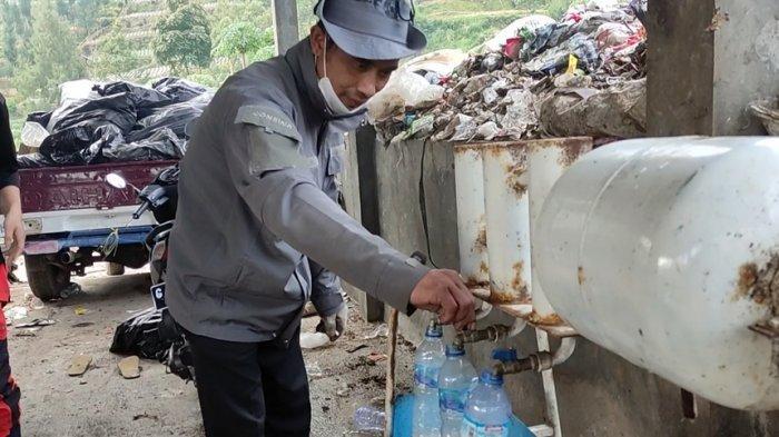 Para pemuda di KPSM Tunggul Wulung, Desa Patakbanteng, Kecamatan Kejajar, Kabupaten Wonosobo sedang mengolah sampah plastik menjadi BBM, Sabtu (19/6/2021).