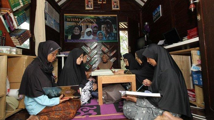 Mengintip Aktivitas Ponpes Lansia Banyubiru Semarang kala Ramadan: Santri Mengaji dan Ikut Pelatihan