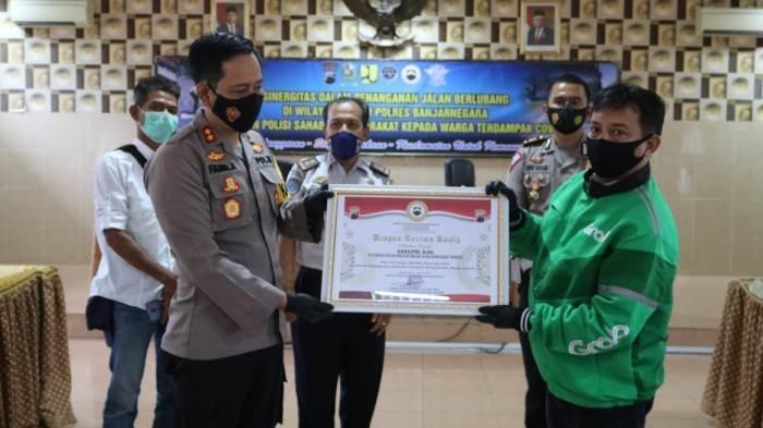 Sering Beri Info Jalan Berlubang, Tukang Ojol di Banjarnegara Diganjar Penghargaan dari Polres