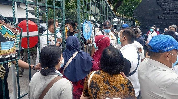 Satpol PP Bubarkan Antrean Vaksinasi Covid di Gubernuran Jateng, Warga Berkerumun Tak Jaga Jarak
