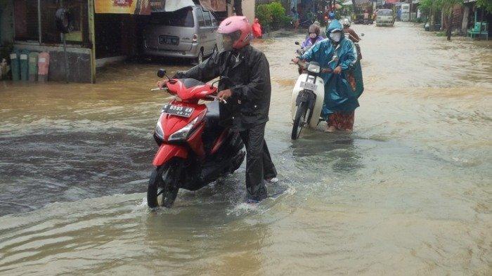 Apes, Banyak Motor Mogok Setelah Menerobos Banjir Setinggi Lutut di Mejobo Kudus
