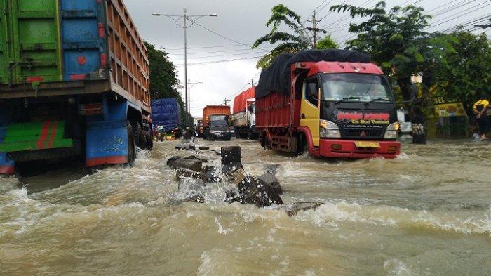 Jalur Pantura Kendal Lumpuh Terendam Banjir, Mobil Kecil dan Motor Diminta Putar Balik