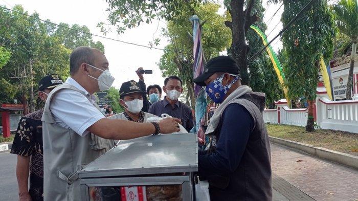 Pedagang Cilok Ini Kaget Didatangi Bupati Semarang: Saya Kira Razia Karena Lagi Berjualan Disetop
