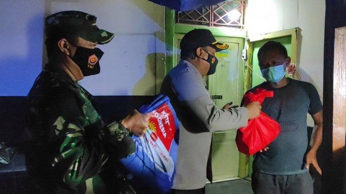 Semalaman Bagikan 200 Paket Sembako, Buat Warga Terdampak PPKM di Purbalingga