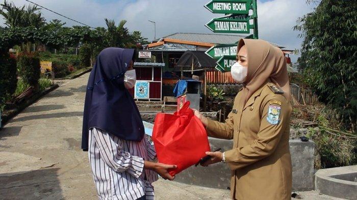 Pemkab Purbalingga Bagikan Paket Sembako, Pelaku UMKM Wisata: Semoga Bisa Jadi Sedikit Obat Kami