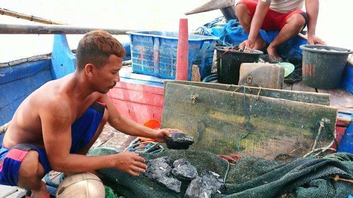 Ceceran Batu Bara Diduga dari PLTU Batang Cemari Laut, Nelayan: Rusak Jaring, Ikan Berkurang