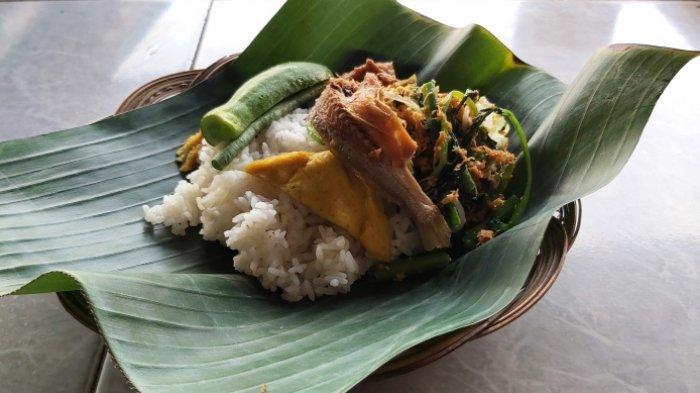 Seporsi nasi adep-adep khas Tegal. Nasi ini awalnya hanya disajikan dalam hajatan pernikahan untuk pasangan pengantin namun kini dijual untuk umum.