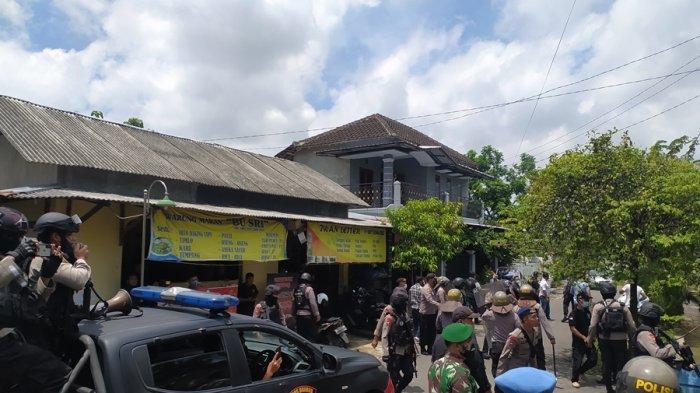 Polisi Bubarkan Paksa Massa di Pengadilan Negeri Karanganyar, Sidang Kedua Kasus Dugaan Penganiayaan