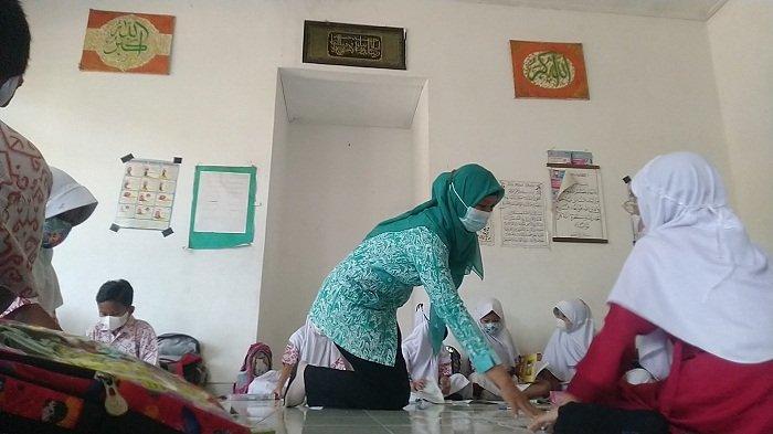 Atap Kelas Ambrol, Siswa SD 4 Prambatan Kidul Kudus Terpaksa Belajar Lesehan di Musala Sekolah