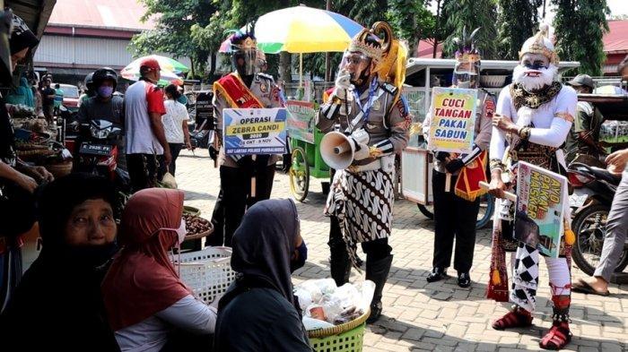 Polisi Berkostum Wayang Orang Hebohkan Pengunjung Pasar Segamas Purbalingga