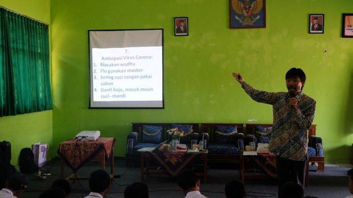 Ilmuwan Jepang Blusukan ke Sekolah Terpencil di Banjarnegara, Ini yang Dilakukannya