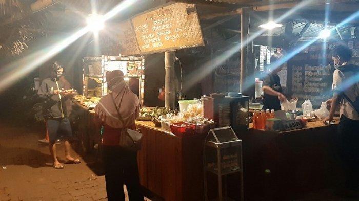 Suasana Angkringan Kidul Soechen di Jalan Menara Kudus, Minggu (21/3/2021) malam. Angkringan ini menyediakan Sego Jangkrik, khas Kudus.
