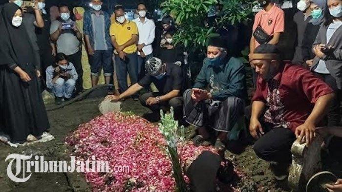 Diantar Keluarga, Jenazah Mantan Personel Trio Macan Chacha Sherly Dimakamkan di Sidoarjo